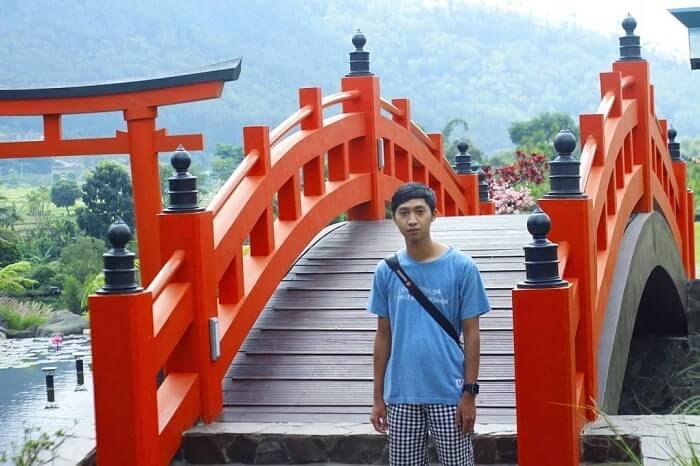 spot foto jembatan ala jepang di the hills vaganza