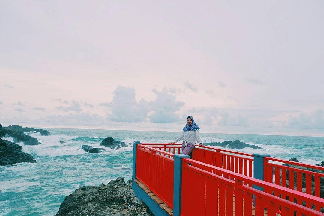 spot foto jembatan merah di pantai menganti