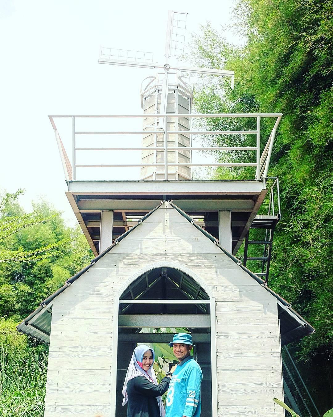 spot foto menara kincir angin di kampung tulip bandung