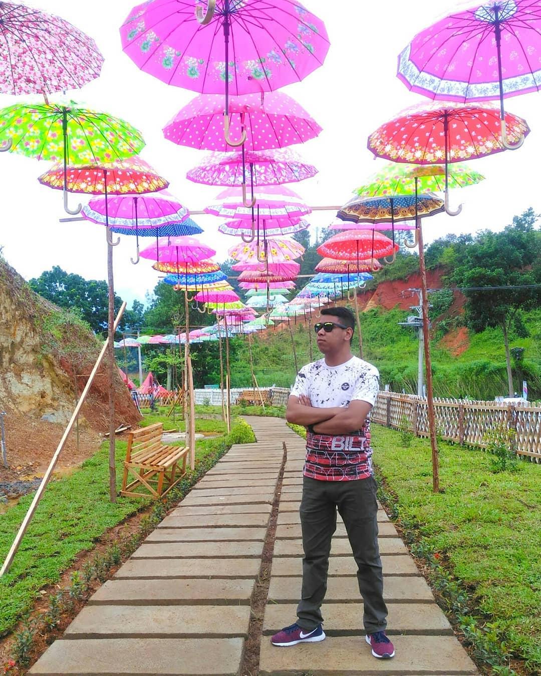 spot foto payung warna-warni di bukit kelinci payakumbuh