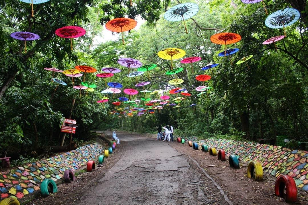 spot foto payung warna-warni di gunung pinang serang