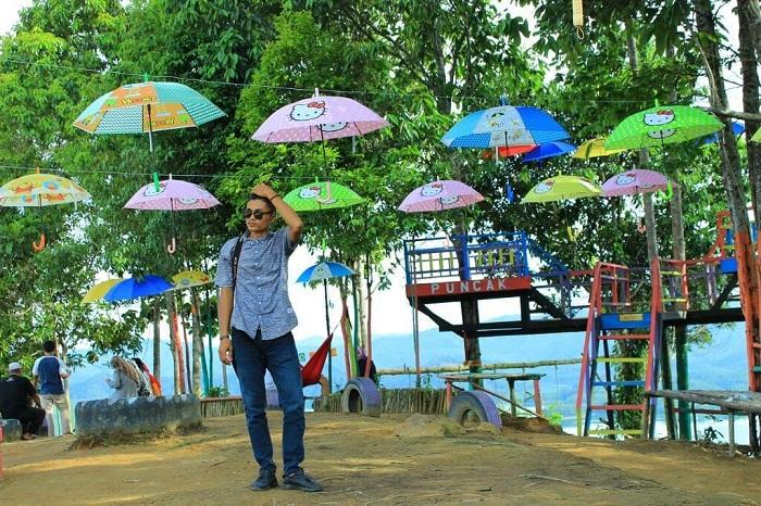 spot foto payung warna-warni di puncak kompe riau