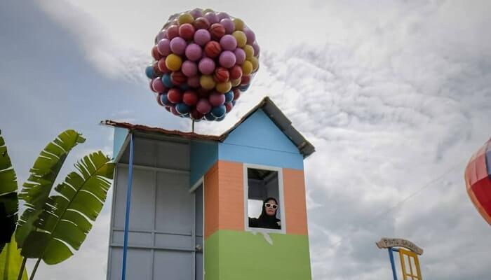 spot foto rumah balon di taman naura