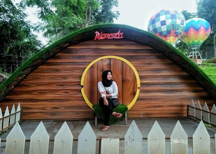 spot foto rumah hobbit di alamanda jogja flower garden