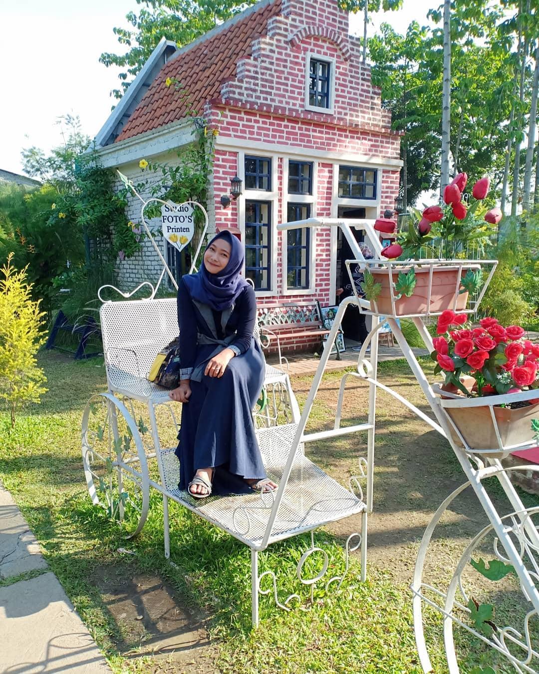 spot foto sepeda dan rumah unik di kampung tulip bandung