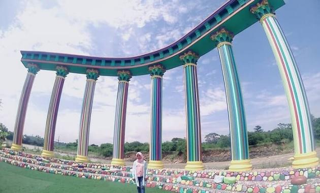 spot foto tiang warna-warni di cikao park