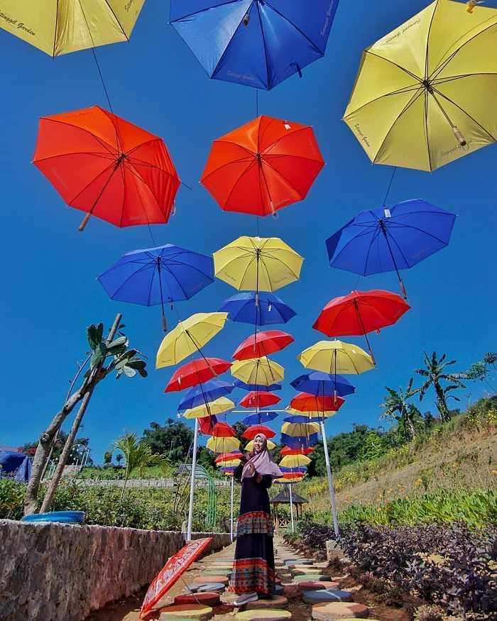 spot payung warna-warni di sitinggil garden