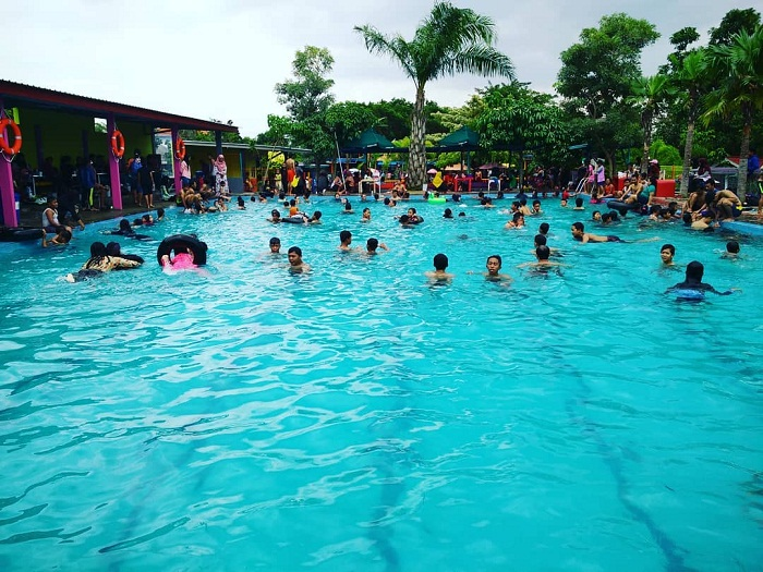 suasana di kolam renang jedong cangkring sidoarjo