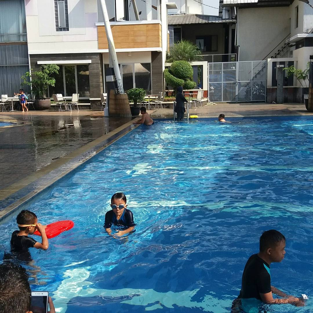 suasana di kolam renang pandiga