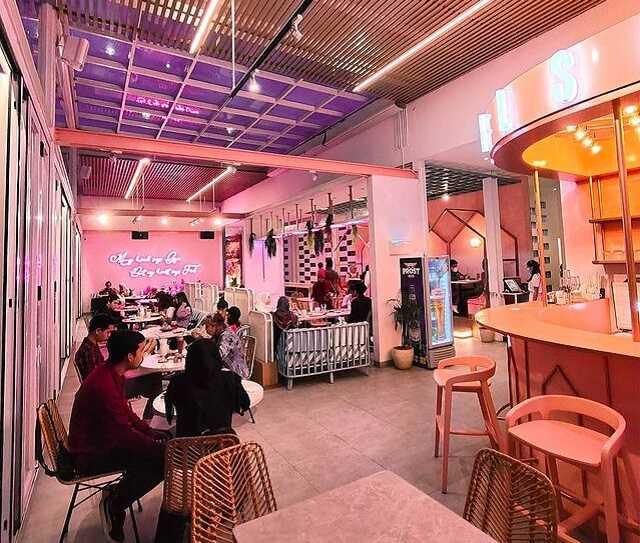 suasana level six cafe bandung