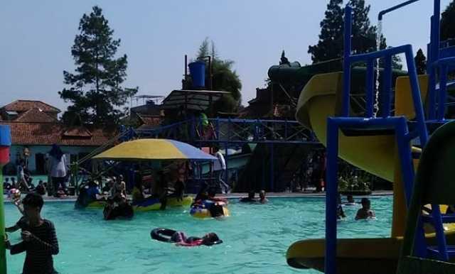 suasana liburan kolam renang ciawitali cimahi