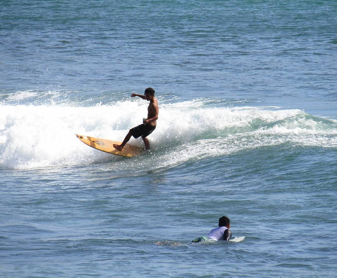 surfing di pantai menganti