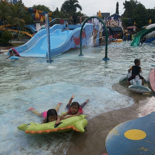 wahana air di depok fantasai waterpark