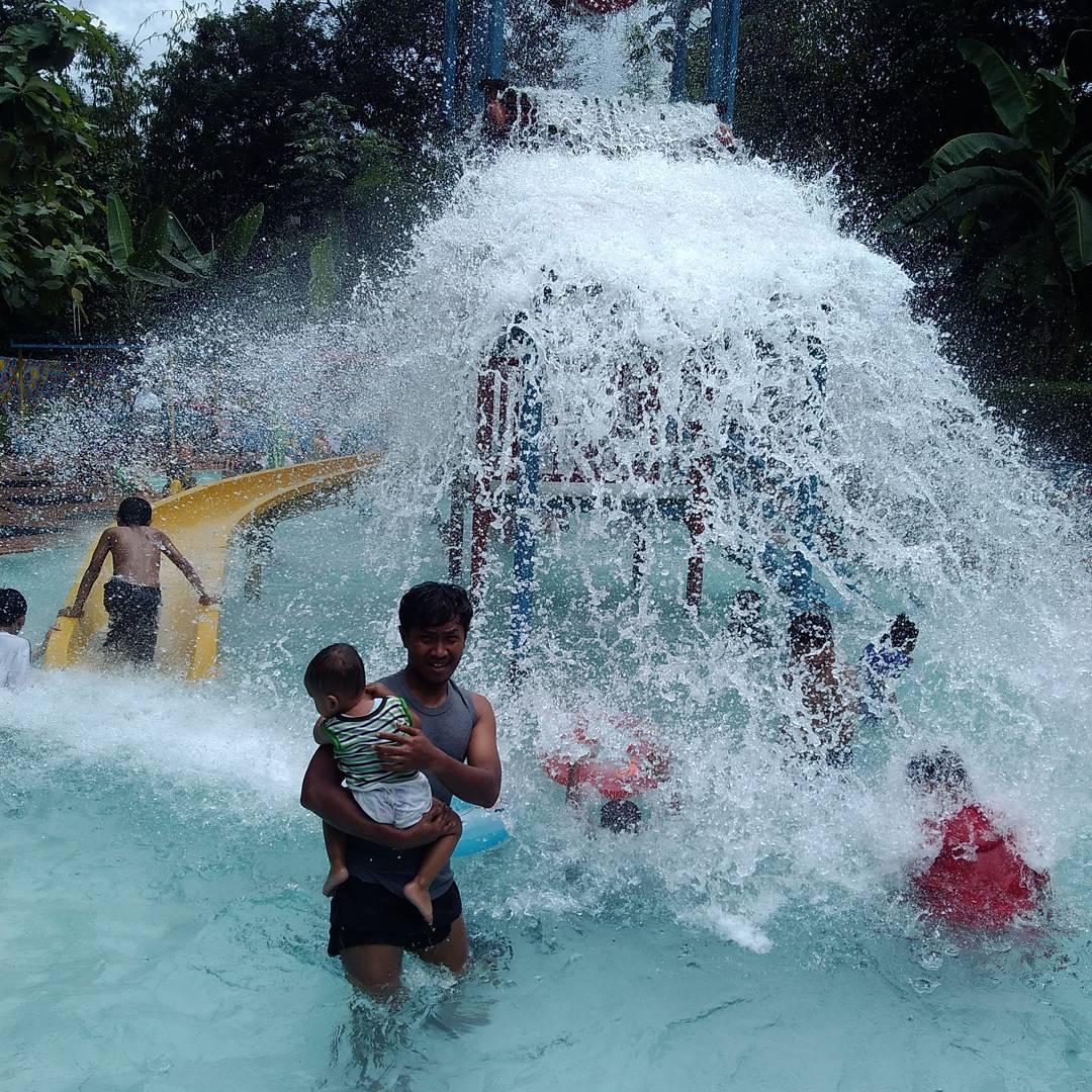 wahana air di kolam renang tirta yudha
