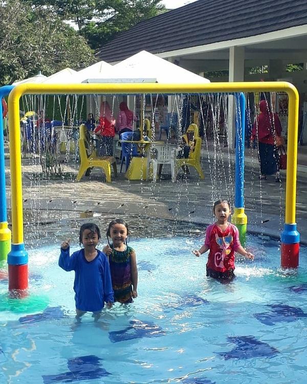 wahana air untuk anak di kolam renang villa bogor indah