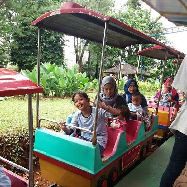 wahana kereta mini di taman rekreasi wiladatika