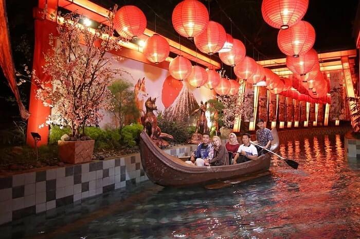 wahana naik perahu di malang night paradise