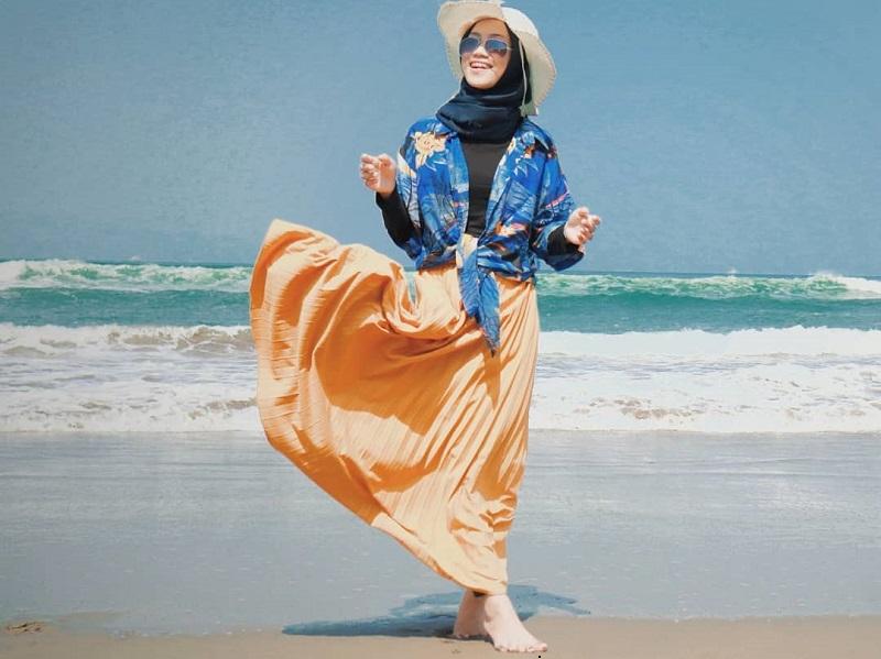 outfit ke pantai wanita berhijab