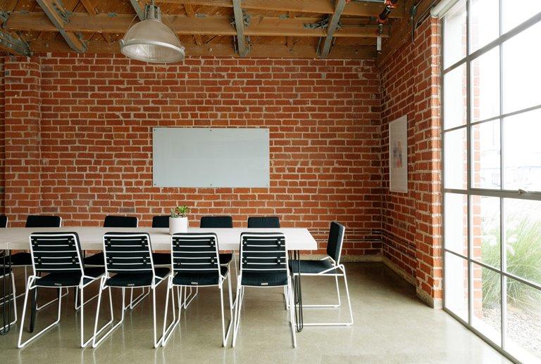 desain ruang meeting kecil