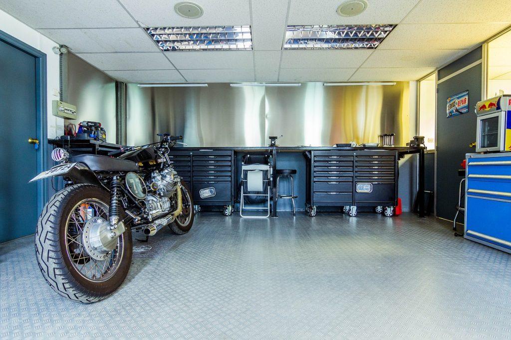 motorcycle, motorbike, garage-2619494.jpg