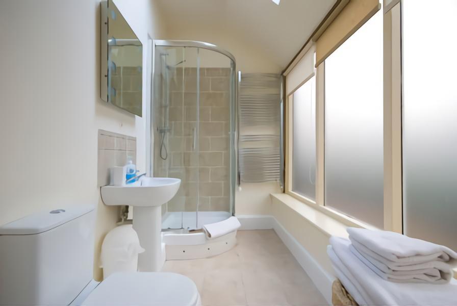 Obscure Glass di kamar mandi
